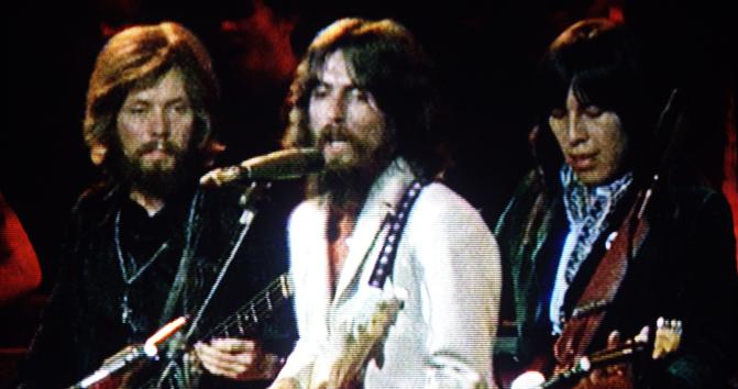 Klaus Voormann, Jesse Ed Davis et George Harrison au concert for Bangladesh